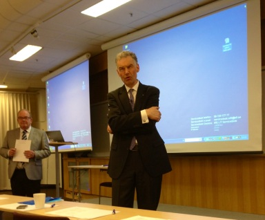 Forskningsdirektören Jan Andersson, i bakgrunden Torbjörn Rosdahl (finanslandstingsråd)