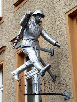 Skulptur av DDR-soldaten som flydde över till Väst vid Bernauerstrasse, då Muren byggdes.