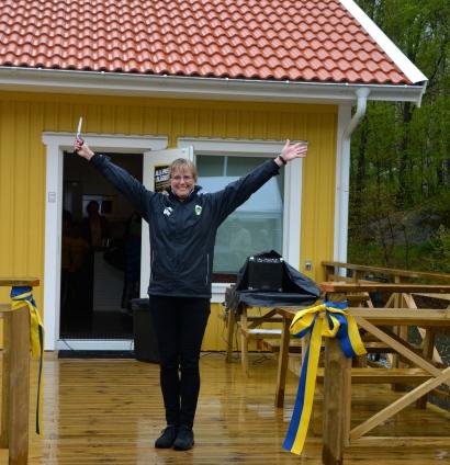 En glad Ulrika Henningsson från RSF förklarar klubbstugan invigd. (Tack Mikaela Åberg för fotot!)