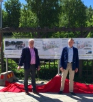 SMÅA:s Hans Henriksson och undertecknad avtäcker informationstavlan nere på Rönninge torg.