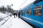 Roslagsbanan p stationen universitet med pstigande resenrer p vintern.